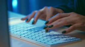 Молодая девушка хакера с пишет код программы сток-видео