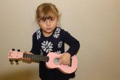 Молодая девушка preschool с гавайской гитарой стоковые фото