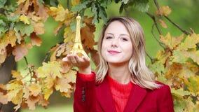Молодая девушка redhead в красном пальто с сувениром Эйфелевой башни акции видеоматериалы