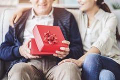 Молодая дочь дает ее отцу подарок стоковое фото rf