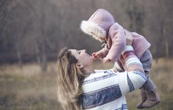 Молодая дочь матери и младенца снаружи совместно Портрет осени стоковое фото