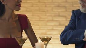 Молодая жадная женщина требуя золотой карте от старого миллионера, конца аферы вверх видеоматериал