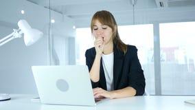Молодая женская болячка кашлять, кашля и горла видеоматериал