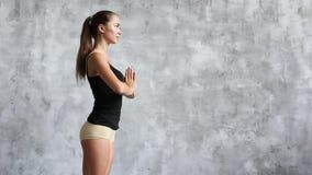 Молодая женская делая йога внутри помещения