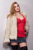 Молодая женская проститутка стоя на улице стоковая фотография rf