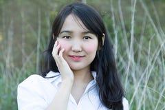 Молодая женщина азиатского возникновения Естественная предпосылка стоковое фото