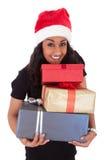 Молодая женщина афроамериканца держа коробки подарка Стоковые Изображения
