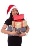 Молодая женщина афроамериканца держа коробки подарка Стоковая Фотография