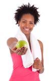 Молодая женщина афроамериканца держа яблоко Стоковая Фотография RF