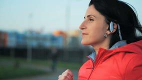 Молодая женщина бежать outdoors в парке города акции видеоматериалы