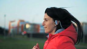 Молодая женщина бежать outdoors в парке города видеоматериал