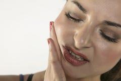 Молодая женщина борется при боль, изолированная на предпосылке Стоковое фото RF