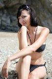 Молодая женщина брюнет на seashore стоковые изображения