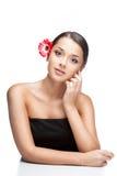 Молодая женщина брюнет с цветком gerbrera в волосах стоковое изображение