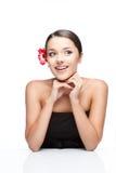 Молодая женщина брюнет с цветком gerbrera стоковое фото rf