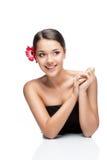 Молодая женщина брюнет с цветком gerbrera стоковое изображение rf