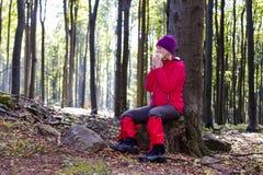 Молодая женщина была аллергическа к прогулке леса Стоковая Фотография