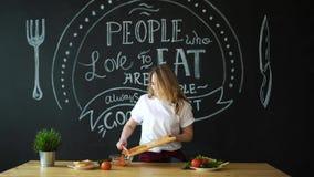 Молодая женщина варя в кухне Здоровая еда - Vegetable салат Диета вокруг номеров измерения дисплея принципиальной схемы смычка пр сток-видео