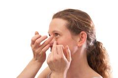 Молодая женщина вводя контактные линзы Стоковые Фотографии RF