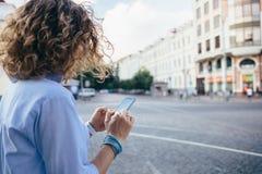 Молодая женщина вида сзади непознаваемая курчавая стоковые изображения rf