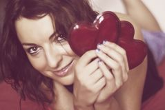 Молодая женщина влюбленн в 2 красных сердца Стоковые Фотографии RF