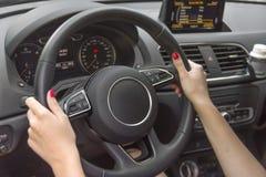 Молодая женщина водителя держа колесо автомобиля готовый для путешествия Стоковые Фото