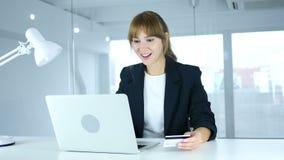 Молодая женщина возбужденная для онлайн покупок, оплаты кредитной карточкой акции видеоматериалы