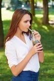 Молодая женщина выпивает здоровый чай вытрезвителя Стоковое фото RF