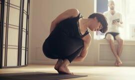 Молодая женщина выполняя йогу-asanas Стоковое Изображение RF