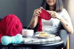 Молодая женщина вязать для ее хобби на кровати стоковые изображения rf