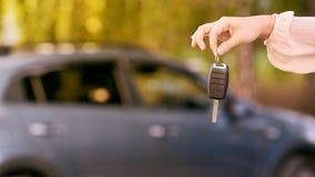 Молодая женщина в автомобиле Инструкция езды Заем автомобиля ключ руки стоковая фотография rf