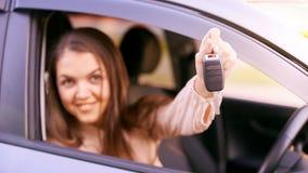 Молодая женщина в автомобиле Инструкция езды Заем автомобиля Рука с ключом стоковые изображения rf