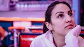Молодая женщина в американском обедающем стоковое изображение rf