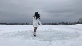 Молодая женщина в белых платье и коньках видеоматериал