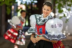 Молодая женщина в богато украшенных церемониальных людях одевает стоковая фотография