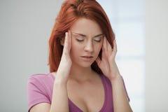 Молодая женщина в боли. стоковое изображение rf
