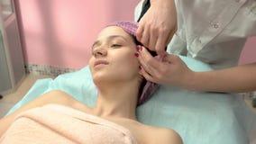 Молодая женщина в больнице сток-видео