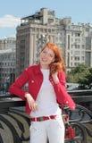 Молодая женщина в городе Москва стоковая фотография rf
