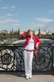 Молодая женщина в городе Москва стоковая фотография