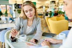 Молодая женщина в деловой встрече Стоковые Фотографии RF