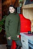 Молодая женщина в зеленом связанном свитере Дом концепции, комфорт, образ жизни, осень, зима, кафе стоковые фото