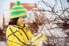 Молодая женщина в зиме в снежке Стоковые Фото