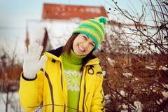 Молодая женщина в зиме в снежке Стоковые Изображения