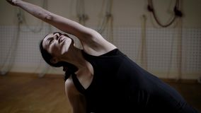 Молодая женщина в костюме спорт выполняет тренировки для развития гибкости и усиливать задней части в видеоматериал