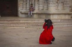 Молодая женщина в красном пальто делает фотографию ее дочери около монастыря Gironimouche Стоковое фото RF