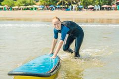 Молодая женщина в купальнике с готовым прибоя для новичков для серфинга взволнованности положительные стоковое фото rf