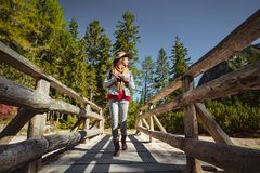 Молодая женщина в лесе стоковая фотография rf