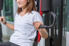 Молодая женщина в мышце комода тренировки спортзала Стоковые Изображения RF