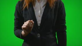 Молодая женщина в носке дела работая с голографическим интерфейсом показывать при руки сползая и сигналя содержание настольного к сток-видео