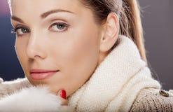 Молодая женщина в одеждах зимы Стоковая Фотография RF